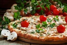 Пицца с мясом цыпленка и грибами, селективным фокусом стоковое изображение
