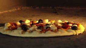 Пицца с оливками и моццареллой сварена в печи сток-видео