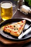 Пицца с пивом стоковая фотография rf
