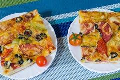 Пицца с сосиской, оливками, томатами и сыром Стоковые Фото