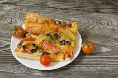 Пицца с сосиской, оливками, томатами и сыром Стоковые Изображения RF