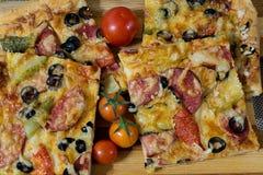 Пицца с сосиской, оливками, томатами и сыром Стоковые Изображения