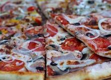 Пицца с соусом и овощами Sausagemato Pepperoni Стоковые Изображения RF