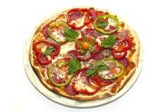 Пицца с томатами и сосиской и яичком болгарского перца на плите Стоковое фото RF