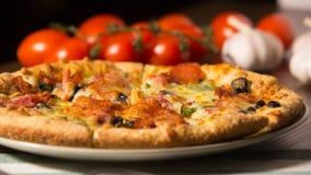 Пицца с томатами на предпосылке Стоковое фото RF