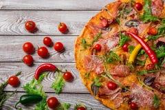 Пицца служила на пиццерии с перцами и салатами Пицца с овощами на светлой предпосылке Классические закуски партии стоковые фотографии rf