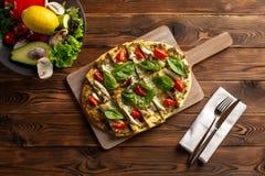 Пицца с цыпленком и овощами шиитаке на деревянной предпосылке стоковое фото