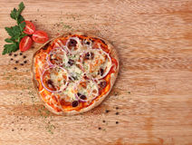 Пицца с pepperoni и овощами стоковое изображение