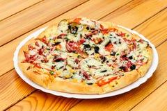 Пицца с pepperoni, черными оливками и мозолью стоковые изображения