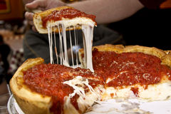 пицца тарелки chicago глубокая вкусная стоковое фото rf