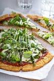 Пицца цветной капусты с цукини и спаржей Стоковая Фотография