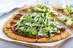 Пицца цветной капусты с цукини и спаржей Стоковое фото RF