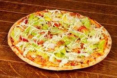 Пицца цезарь с салатом стоковые фото