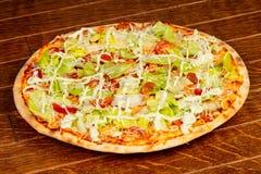 Пицца цезарь с салатом стоковое изображение
