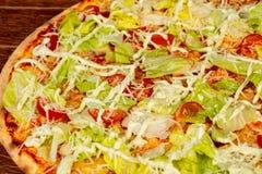 Пицца цезарь с салатом стоковая фотография