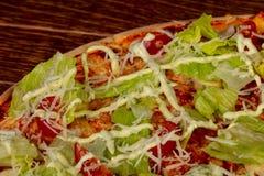 Пицца цезарь с салатом стоковое фото rf