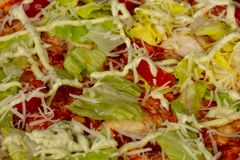 Пицца цезарь с салатом стоковая фотография rf