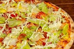 Пицца цезарь с салатом стоковое фото