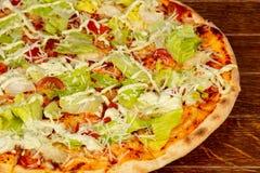Пицца цезарь с салатом стоковые изображения