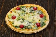Пицца цезарь с цыпленком стоковая фотография