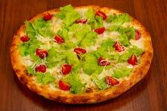 Пицца цезарь с цыпленком стоковое изображение rf