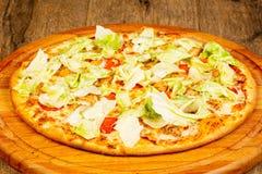 Пицца цезарь с цыпленком стоковые фотографии rf
