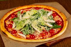 Пицца цезарь с цыпленком стоковые фото
