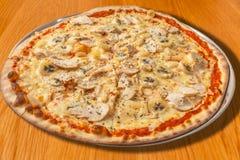 Пицца цыпленка, банана, ананаса и сливк на деревянном столе Стоковая Фотография RF