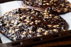 Пицца шоколада с белыми шариками шоколада в подносе выпечки Стоковая Фотография RF