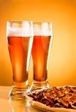 пицца 2 стекла пива Стоковые Изображения