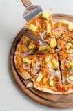 Пицца BBQ гаваиского цыпленка итальянская на деревянном блюде Стоковое Изображение RF