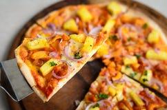 Пицца BBQ гаваиского цыпленка итальянская на деревянном блюде Стоковые Изображения