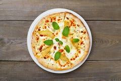 Пицца formaggi Quatro с грушей и голубым сыром стоковые фотографии rf