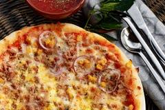 Пицца Healty с тунцом, луком и мозолью стоковое изображение