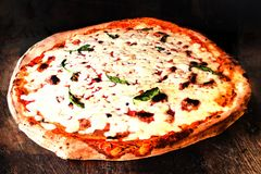 Пицца Margherita, классическая неаполитанская пицца с плавя сыром i Стоковое фото RF