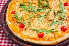 Пицца Margherita Маргарита со свежим arugula на деревянной доске стоковые изображения