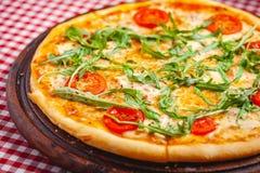 Пицца Margherita Маргарита со свежим arugula на деревянной доске стоковые фотографии rf