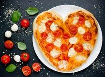 Пицца Margherita сформировала сердце с томатами вишни, моццареллу a Стоковые Изображения