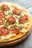 Пицца Margherita с розмариновым маслом Стоковая Фотография RF