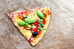 Пицца Margherita с свежим базиликом Кусок свежего итальянского classi Стоковое Изображение