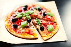 Пицца Margherita с сыром и базилик листают на pape ремесла выпечки Стоковые Изображения RF