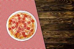 Пицца Pepperoni на деревянной таблице Стоковое Изображение