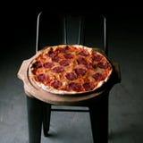 Пицца Pepperoni сваренная в печи в ресторане стоковые фотографии rf