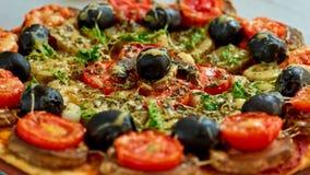 Пицца Veggie с грибами, томаты вишни, черные оливки и травы закрывают вверх Предпосылка пиццы Стоковые Изображения