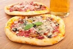 2 пиццы и стекло пива Стоковые Изображения RF