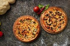 2 пиццы каменная таблица на взгляд сверху кухни Стоковая Фотография RF