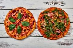 2 пиццы на деревянной предпосылке Стоковая Фотография RF