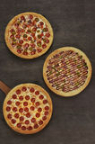 3 пиццы на деревянном столе, взгляд сверху Стоковые Изображения RF