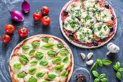 2 пиццы с ингридиентами на деревянной предпосылке Стоковое Изображение RF