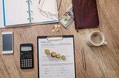 Пишите и заключите контракт бумаги, калькулятор, монетку стоковое изображение